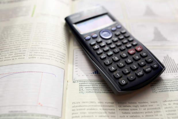 scientific-calculator-ii-5775. Billede af lommeregner  Photo by Kaboompics.com from Pexels