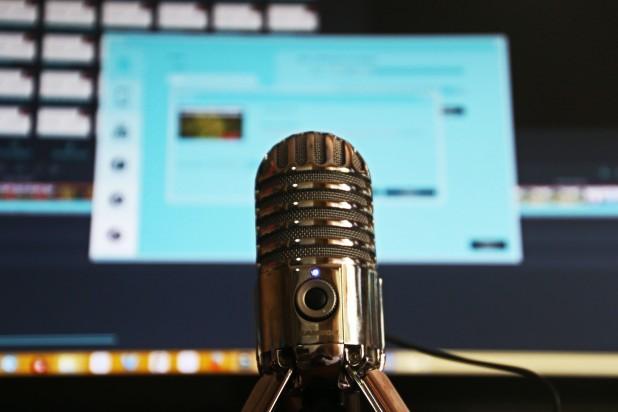 Podcast. Billede af mikrofon foran pc-skærm. Taget af Magda Ehlers. Pexels.com