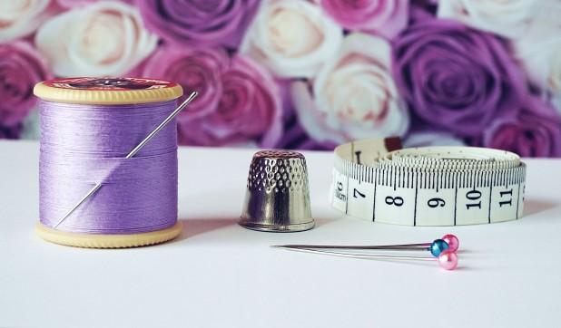 pexels-suzy-hazelwood-1266139. Billede af nål, målebånd, fingerbøl samt lilla tråd. Billedet er taget af Suzy Hazelwood