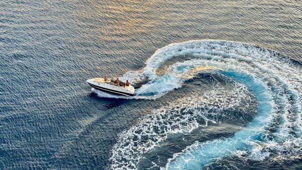 pexels-isaw-company-3274984. Billede af speedbåd taget oppe fra. Fotograf er ISAW-Company