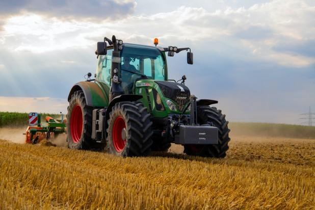 pexels-jannis-knorr-2933243. Billede af Traktor på en mark. Taget af Jannis Knorr