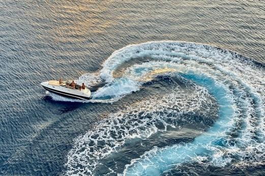 Speedbådscertifikat-pexels-isaw-company-3274984. Billede af speedbåd taget oppe fra. Fotograf er ISAW-Company