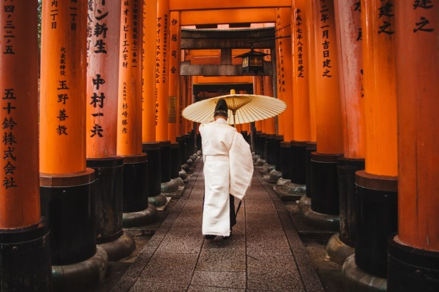 Japansk. Billede af en japaner som går gennem tempel