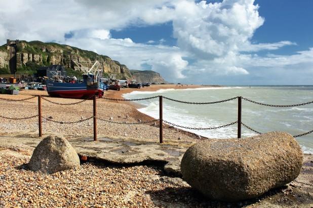 Hastings England. Billede af fiskerbåde ved Hastings strandkyst.