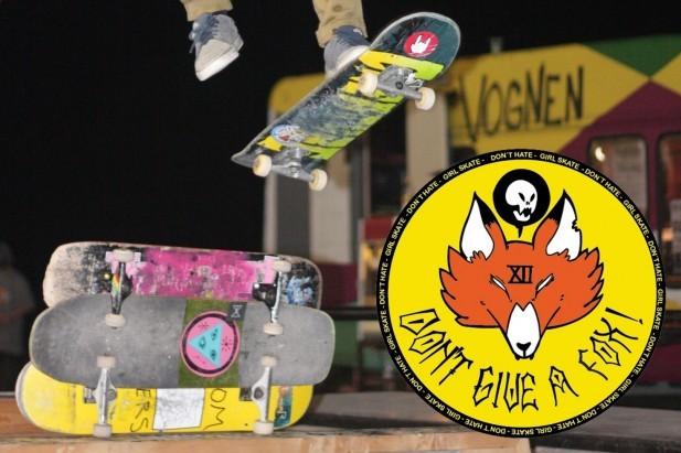 Skateboard. Billede viser en skater som hopper over 3 skateboard der stå vandret