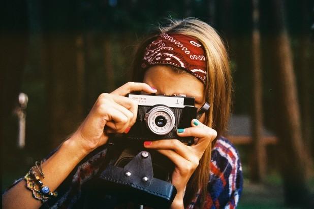Fotografering for begyndere. Pige som tager et billede med sit kamera