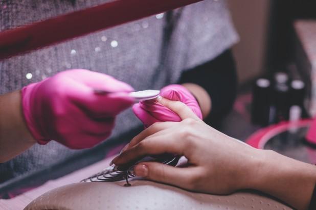 Nails. Billeder af en negletekniker som filer negle