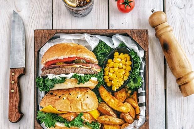 Kokkehuen. Billede af burger, pommes frite og grøntsager.