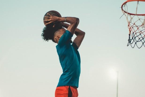 Streetbasket. Billede af basketballspiller som kaster bold i nettet