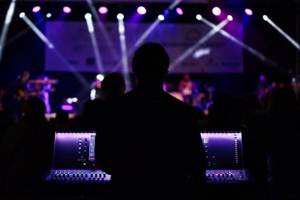 Musical - Teknik. Billede af scene lys og mixerpult